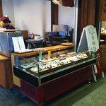 京都 錦 中央米穀 - おむすびが展示されているケースです