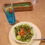 レストラン三宝 - サラダとブルースカイソーダ