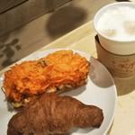 86252597 - 人参と玉子のパン210円とお芋のクロワッサン130円 ホットカフェラテ320円税別