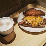 86252602 - お連れさんの ゴボウと玉子のパンとホットカフェラテ