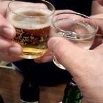 生駒 - 「マスター何か飲んでください!」と言うと、「いつも日本酒飲んでるからビール頂きます!」とのこと。乾杯!
