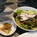 86257457 - しっとり柔らかな蒸し鶏のサラダ、生姜風味のザーサイ、ご飯はお代わり自由