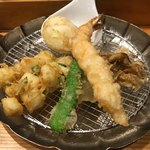 Tempurameshikanekohannosuke - 「天ぷらめし」980円の海老、イカのかき揚げ、マイタケ、シシトウ、玉子