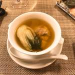 86263391 - 火腿と干貝(ホタテ)、鶏のスープ。間違いなく粤菜の文法だけど風味の閉じ込め方にどこか和食的な残心を覚える。