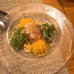 中華銘菜 慶 - 鯛の魚生(いーさん)的なサラダ。ゴマだれで。鯛の性質がいいから明らかに本格魚生より上手くなっている。