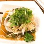 中華銘菜 慶 - 北寄貝の清蒸。香菜、葱、三つ葉の使い方が巧み。ほんのちょいセロリが刻み込んであるのがセンス。