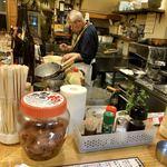 立ち飲み大松 - 粋な板前さんが一人で調理しています
