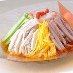 壺畑 - 夏季限定のメニュー。天寿りんご黒酢を使った冷麺。さっぱりしていて夏にぴったり。