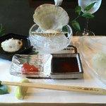 鎌倉山 横浜スカイビル店 - 前菜は刺身3種、大きな下駄に乗ってます