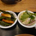 茉莉花 - 万願寺唐辛子と茸の漢煮、香草と豚耳の漢サラダ