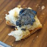 サンプリシテ - 黒胡麻を練り込んだバターを塗った自家製パン
