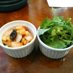 カレーの店 マボロシ - 左がセットのアチャール的なマリネされた野菜。少し酸っぱ甘辛くて、コーン、トマト、玉葱、レーズン。右はパクチー(税込100円)。