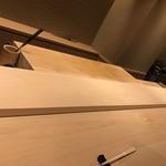 すし 伍水庵 - 1枚板の立派なカウンター