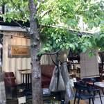 フレスコ コーヒー ロースターズ - ハンカチの木の緑が美しい