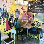 フレスコ コーヒー ロースターズ - 壁一面にイラストが描かれた店内