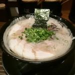 博多一双 中洲店 - 泡立つとんこつスープ