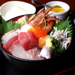 お得に魚介を堪能するならランチが狙い目◎漁師丼は数量限定!
