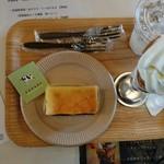 古株牧場 湖華舞 - 隣にカフェが あり       ランチは  予約で 一杯でした  こちらで  ケーキと  ソフトクリームを いただきました