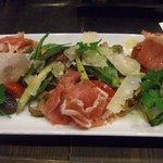 雑多居酒屋 しののめ - 生ハムとパルミジャーノチーズの温野菜サラダ