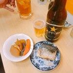 酒・立ち飲み 喜多屋 - サッポロ黒ラベル 大瓶(420時)、煮物(140円)、鯖の塩焼き(200円)