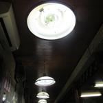 白頭山 - 座敷(小上がり)の天井には昭和な蛍光灯ペンダント