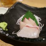 """まるは食堂 - """"まるはっぴーセット""""の刺盛(鯛とハマチ?)"""