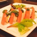 アイリッシュパブ・スタシェーン - トマトとモッツァレラのカプレーゼ