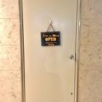 アンガスプライム牛ステーキと創作オムライス Beer House KISH - トイレに行こうとして開けたドアは、実は裏口だ。