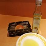 86307205 - お代わりOKのパンは熱々くるみパンやバゲットなど、レモンの香りを付けたオリーブオイルが合う