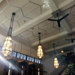 カフェ ラ・ボエム - 内観・天井が高く優雅な空間を演出しています。