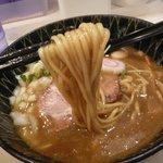 東成きんせい - カレーらーめん(麺持ち上げ)