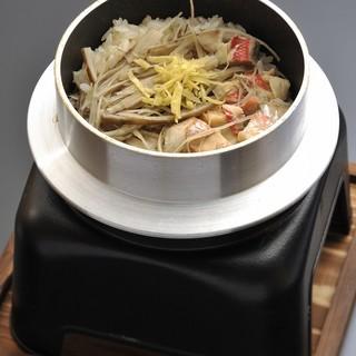 卓上で一つ一つ炊き上げる季節の釜めしをどうぞ!!