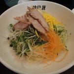 流行屋 - つけ麺(大盛)。様々な種類の野菜があります。