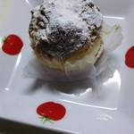 パティスリー Labeille - 料理写真:少し小ぶりなシュークリーム