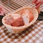 グッドミート・バル - お通しのパン盛り合わせ