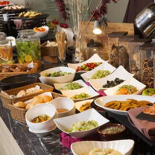 旬の野菜を使用したサラダやフルーツなど豪華ブッフェ付きランチ