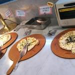 ピエール・ド・ロンサール - さぁ☆ビュッフェスタートです(。ìдí。)ノ☆何から食べようかな!?丁度焼きたてのアナウンスあったのでピザから…