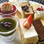 ピエール・ド・ロンサール - 『ケーキ達』時計回りに… 抹茶の水羊羹、カシスのムース、シフォンケーキ、モカケーキ、レアチーズ、ミルクレープ、ティラミス、苺ショート