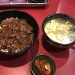 86342741 - ハラミ丼と卵スープ、キムチは無料
