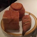 86345252 - パンは3種類。バケットタイプのパンは結構硬いです。