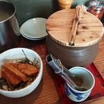 楽 - 料理写真:キムチの壺とミニ角煮丼