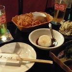 カラハーイ - 沖縄そばのペペロンチーノ、ジーマミー豆腐、海ぶどう、ポテトツイスター