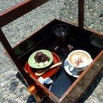 鶴亀屋春慶 - 岡持ちの中のドリンクと甘味達