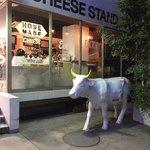 渋谷チーズスタンド - 外観  牛のオブジェがお出迎え