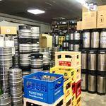"""ビールスタンド重富 - 店舗の倉庫の一部を立ち込みスペースにしている感じ。いわゆる""""角打ち""""とは異なるジャンルか。"""