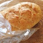 ケルン - サービス品 全粒粉パン @260円 全体はこんな感じ。長さは約23cmほど。見た目より軽いパン。