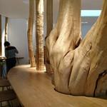 ラ コリーナ近江八幡 - 〈栗百本〉普通は製材して使われることが多い木材も、個性的な曲がりや節のある木本来の姿を生かしています。