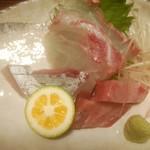 東宝茶屋 - 御刺し身定食のヤイトカツオ(右手前)、カンパチ(左手前)、コショウ鯛(奥)
