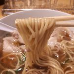 西梅田 らんぷ - ストレート中細麺はクセがなく喉ごしが良いです。スープの色に染まり、口あたりが優しいです。