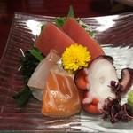 山海酒房 あかね屋 - 「お造り四点盛り」通常であれば宴会料理の刺身は三点盛りのところ、四点の盛りは嬉しい。このわずかな差で、大きく印象が変わる。